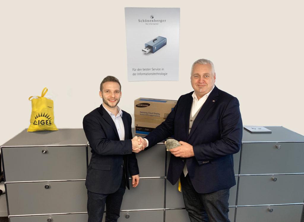 Alexander Villiger, Key Account Manager Schweiz, bei der Übergabe an Samuel Simeon, Leiter IT der Schönenberger Gruppe.